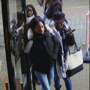 Drie vrouwen stelen kleding uit winkel
