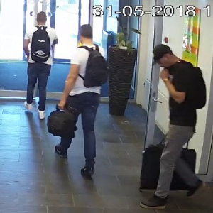 Mannen lopen met gestolen computers deur uit