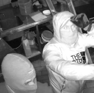 Mannen plunderen geldlades café