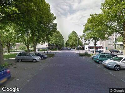 Ambulance met grote spoed naar Burgemeester Caan van Necklaan in Leidschendam