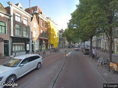 Ambulance met grote spoed naar Hooigracht in Leiden