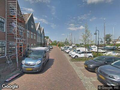 Ambulance met grote spoed naar Haringburgwal in Monnickendam