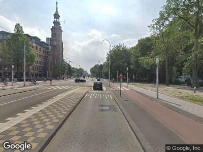 Ambulance met grote spoed naar Linnaeusstraat in Amsterdam