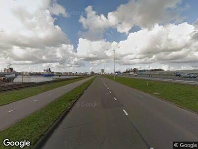 Ambulance met grote spoed naar Butaanweg in Hoogvliet Rotterdam