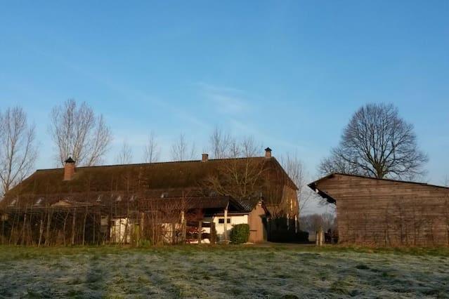 Buitenleven op grote woonboerderij