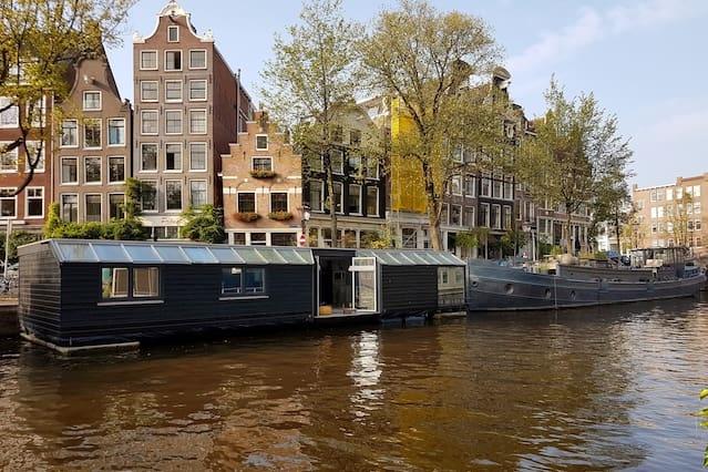 Airbnb kamers en woningen in de buurt anjeliersbuurt noord for Airbnb amsterdam houseboat