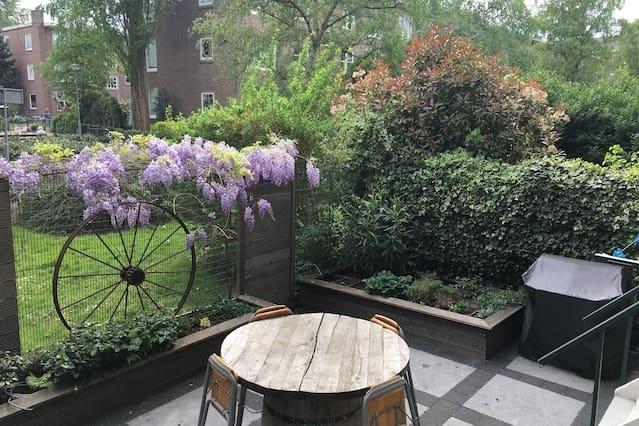 Zeer licht hoekappartement met tuin