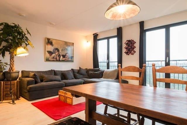 Spacious 2story-apartment + balcony/bikes!!