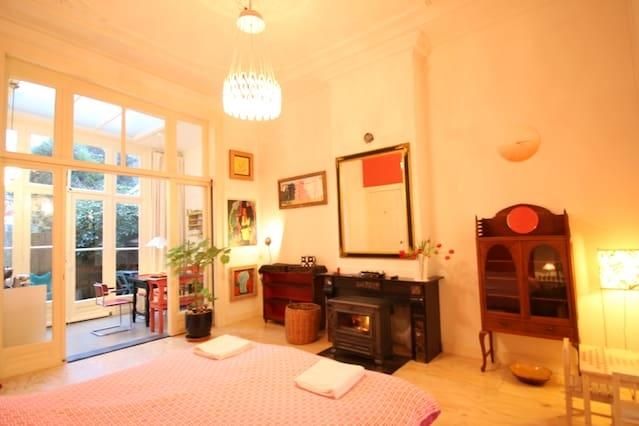 Ruime familiekamer en suite bij centrum en strand!