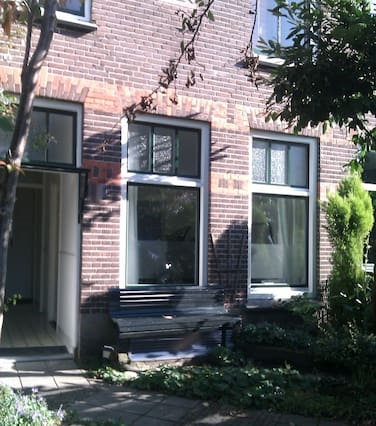 Romantic house in lively Oost!
