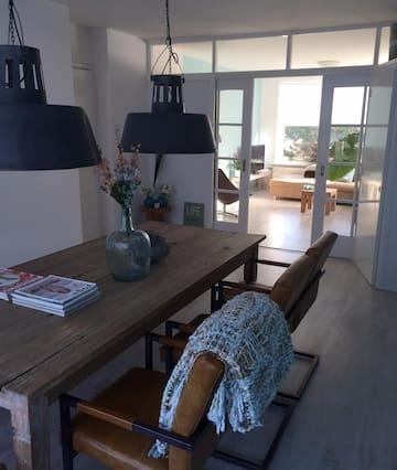 Sfeervol modern appartement gelegen aan de duinen.