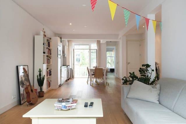 Kamer in een licht appartement vlakbij de Amstel