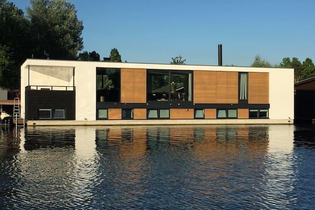 Airbnb kamers en woningen in de buurt badhoevedorp for Airbnb amsterdam houseboat