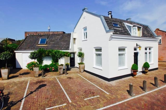 Unique family house in typical old Dutch area