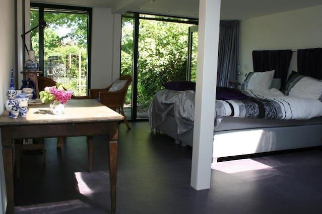 Mooie  kamer in een groene oase.