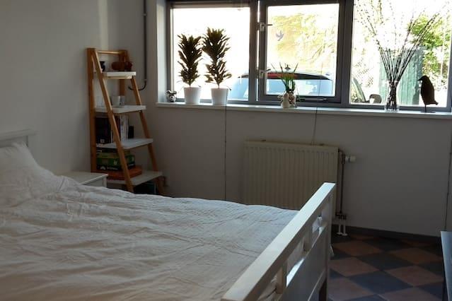 Ruime kamer met eigen badkamer aan rand van Zwolle - Oozo.nl