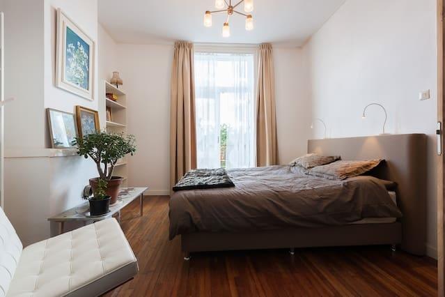 kamer met balkon en prive badkamer