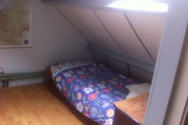 1 bed in de zolderkamer + extra luchtbed