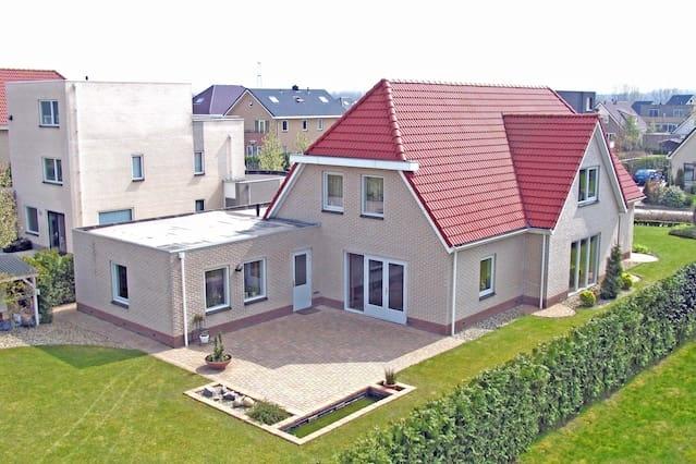 Luxe prive kamer 25 m2 vrijstaande villa.
