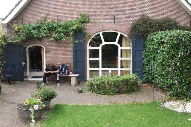 Ruime woonboerderij in groen centrum van Houten.