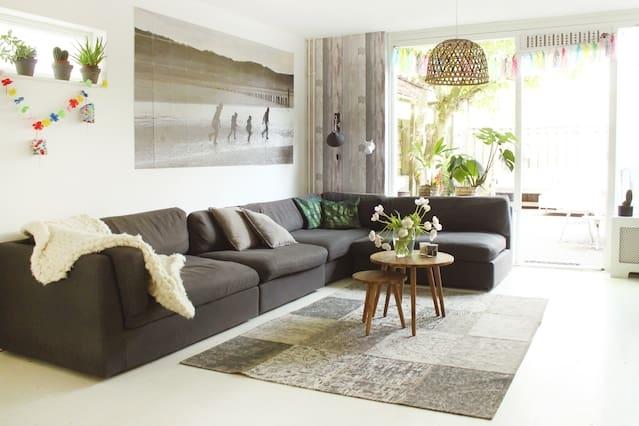 Beautiful home + intimate garden + free parking