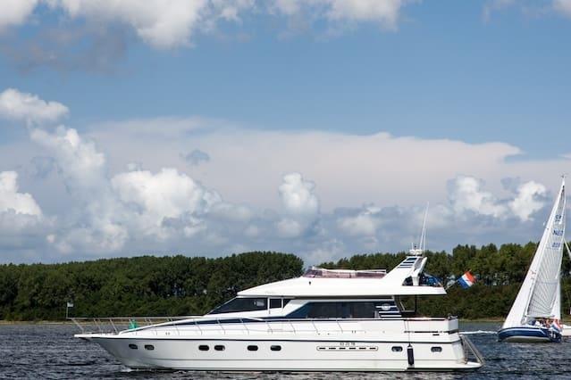 Overnachten op luxe jacht in haven van Yerseke