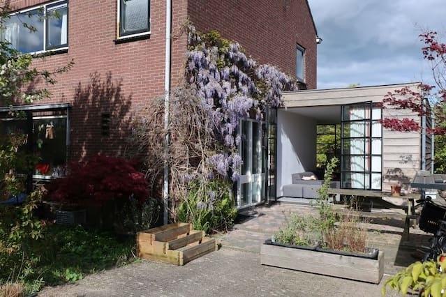 Spacious home with garden close to centre