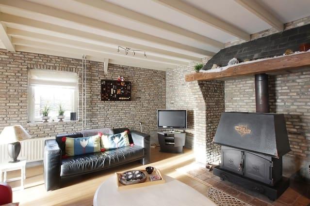Een vrijstaand romantisch huisje !met eigen oprit.