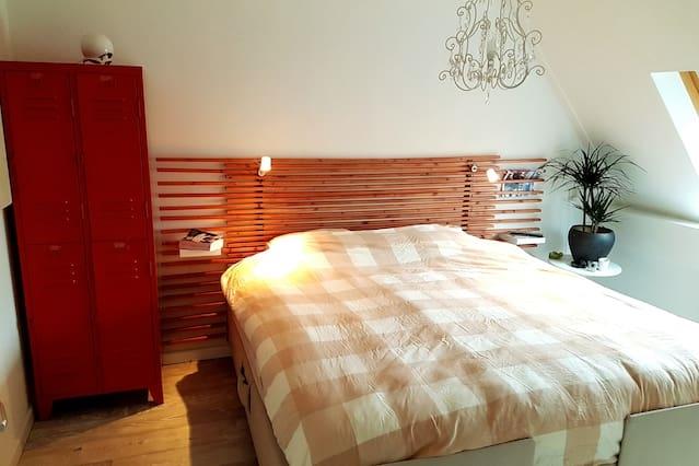Luxe, goed gelegen kamer met XL bed en ontbijt !