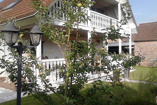 Sfeervol houten huis met veranda oozo